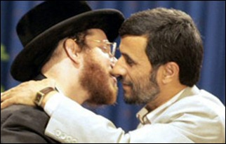 Member of Neturei Karta hugs Iran's Mahmoud Ahmadinejad