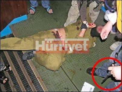 'Flotilla 13' soldier held at knifepoint by 'Mavi Marmara' crew